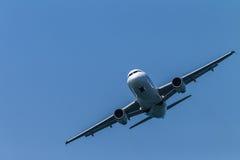 Flugzeuge Airbus, der frontal fliegt Stockbild