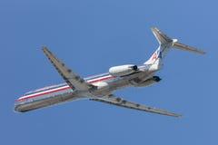 Flugzeuge American Airliness McDonnell Douglas MD-82, die von internationalem Flughafen Los Angeless sich entfernen Stockbild