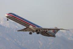 Flugzeuge American Airliness McDonnell Douglas MD-82, die von internationalem Flughafen Los Angeless sich entfernen Lizenzfreie Stockfotos
