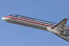 Flugzeuge American Airliness McDonnell Douglas MD-82, die von internationalem Flughafen Los Angeless sich entfernen Lizenzfreie Stockfotografie