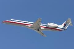 Flugzeuge Amerikaner-Eagle Airlines American Airlines Embraers ERJ-140, die von internationalem Flughafen Los Angeless sich entfe Lizenzfreie Stockfotografie