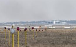 Flugzeuge Antonows An-225 Mriya vor entfernen sich vom Gostomel Lizenzfreie Stockfotos