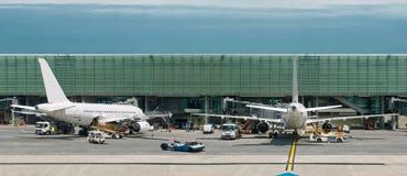 Flugzeuge auf besetztem Flughafen. Panorama Lizenzfreie Stockbilder