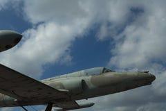 Flugzeuge auf bewölktem Himmel Jet obenliegend in den Wolken Fläche am sonnigen Tag Luftfahrt und Lufttransport Wanderlust oder F stockfotografie