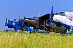 Flugzeuge auf dem Feld Stockbilder