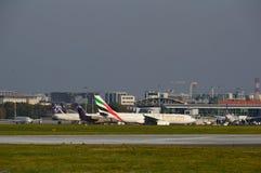 Flugzeuge auf dem Flughafen Warschaus Chopin Stockfotografie