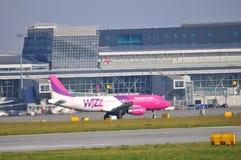 Flugzeuge auf dem Flughafen Warschaus Chopin Lizenzfreies Stockfoto