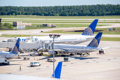 Flugzeuge auf der aktiven Rampe an IAH-Flughafen Stockbilder