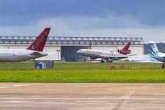 Flugzeuge auf der Rollbahn von Shannon-Flughafen Lizenzfreies Stockfoto