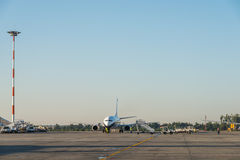 Flugzeuge auf internationalem Flughafen Bukarests Henri Coanda (Otopeni) Lizenzfreie Stockbilder