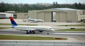 Flugzeuge auf Laufbahn Lizenzfreies Stockbild
