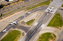 Flugzeuge auf Laufbahn Lizenzfreie Stockfotografie