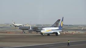 Flugzeuge auf Rollbahnen am Flughafen in Abu Dhabi Lizenzfreies Stockfoto