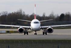 Flugzeuge Austrian Airliness Embraer ERJ-195, die auf der Rollbahn laufen Stockbilder