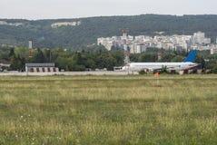 Flugzeuge bereiten vor, um am großen Flughafen zu fliegen stockbild