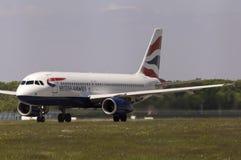 Flugzeuge British Airwayss Airbus A320-232, die für Start von der Rollbahn sich vorbereiten Lizenzfreie Stockbilder
