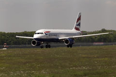 Flugzeuge British Airwayss Airbus A320-232, die für Start von der Rollbahn sich vorbereiten Stockbilder