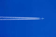 Flugzeuge Contrails Lizenzfreies Stockfoto