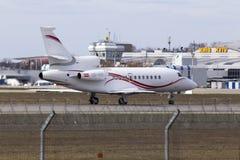 Flugzeuge Dassault-Falken 900EX, die für Start von der Rollbahn sich vorbereiten Stockfoto