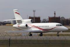 Flugzeuge Dassault-Falken 900EX, die für Start von der Rollbahn sich vorbereiten Stockbild