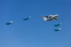 Flugzeuge in den Himmeln Stockfotos