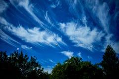 Flugzeuge in der Sommerzeit des blauen Himmels lizenzfreie stockfotos