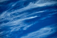 Flugzeuge in der Sommerzeit des blauen Himmels stockfoto