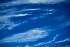 Flugzeuge in der Sommerzeit des blauen Himmels stockfotografie