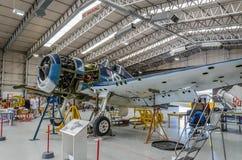 Flugzeuge in der Werkstatt lizenzfreie stockbilder