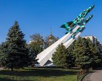 Flugzeuge des Monuments zwei gegen einen Hintergrund der Kirche Lizenzfreie Stockfotos