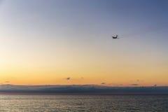Flugzeuge, die über dem Meer sich entfernen Lizenzfreies Stockbild