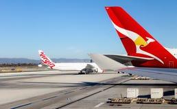 Flugzeuge, die auf der Rollbahn an internationalem LOCKEREM Flughafen Los Angeless sitzen Stockbild