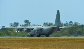 Flugzeuge, die auf Rollbahn von Langkawi-Flughafen mit einem Taxi fahren stockfotografie