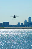 Flugzeuge, die mit Stadt-Skylinen abreisen Stockfotografie