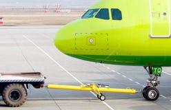 Flugzeuge, die Schleppseil sind stockfotos