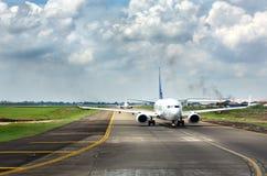 Flugzeuge, die zur Rollbahn gehen, sich an internationalem Flughafen Soekarno-Hatta zu entfernen Stockfotos