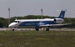 Flugzeuge Dniproavia-Fluglinien-Embraers ERJ-145LR, die für Start von der Rollbahn sich vorbereiten Lizenzfreies Stockfoto
