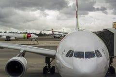 Flugzeuge am Flughafenabfertigungsgebäude Stockfotos