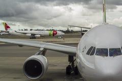 Flugzeuge am Flughafenabfertigungsgebäude Lizenzfreies Stockfoto