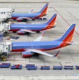 Flugzeuge am Gatter Lizenzfreie Stockfotos