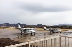 Flugzeuge geparkt an einem Flughafen Stockbilder