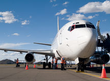Flugzeuge geparkt am Flughafen Stockbilder