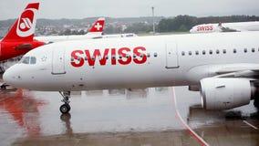 Flugzeuge geparkt am Flughafen stock video footage