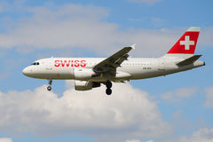Flugzeuge HB-IPY Airbusses A319-112 Schweizer internationale Fluglinien im bewölkten Himmel Lizenzfreies Stockfoto