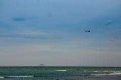 Flugzeuge im blauen Himmel über Azurblaumeer lizenzfreie stockfotografie