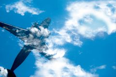 Flugzeuge im blauen Himmel der Wolke Draufsicht mit Kopienraum Reise- oder Reisekonzepthintergrund lizenzfreie stockfotografie