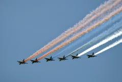 Flugzeuge im Himmel Sie malen russische Zustandsflagge dreifarbig im Himmel Lizenzfreie Stockfotografie