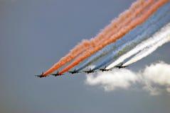 Flugzeuge im Himmel Sie malen russische Zustandsflagge dreifarbig im Himmel Stockbilder