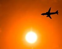 Flugzeuge im Sonnenuntergang Stockfotos