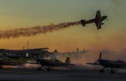 Flugzeuge im Sonnenuntergang Lizenzfreie Stockbilder